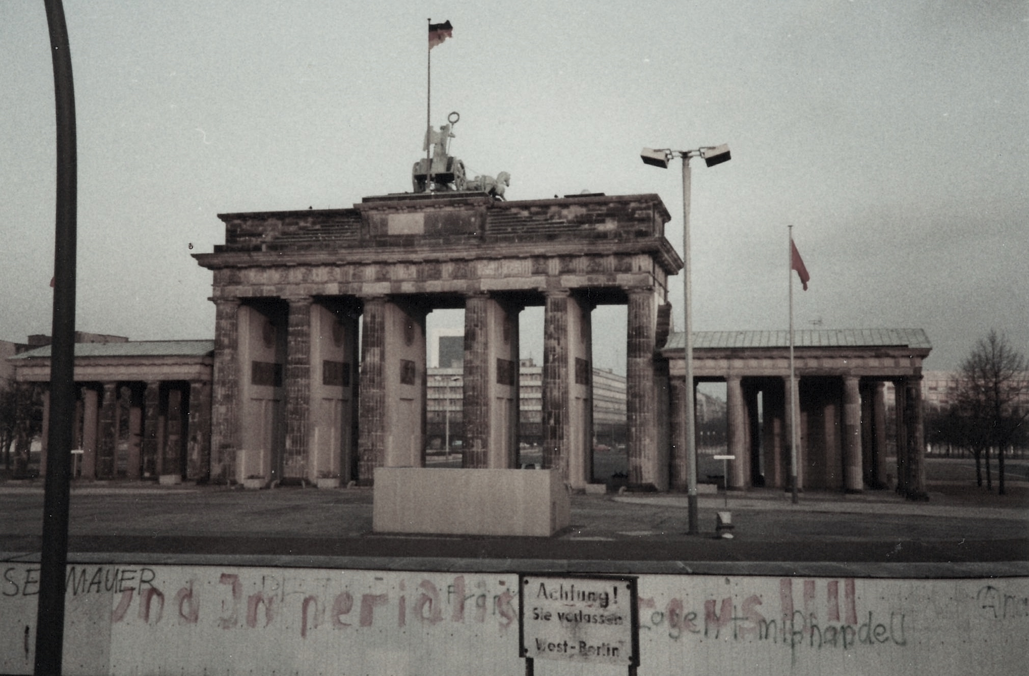 A picture of the Berlin Wall at the Brandenburg Gate from 1985
